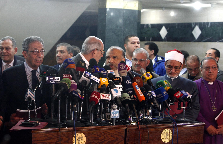 Cựu Ngoại trưởng Ai Cập Amr Moussa (hàng đầu, phía bên trái) phát biểu tại một cuộc họp báo ở Cairo.