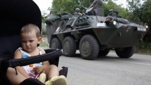 Бронетранспортер KFOR в одной из деревень в Косово 02/08/2011