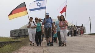 Descendentes de ex-nazistas e de judeus caminham juntos na Marcha da Vida, no antigo campo de concentração de Majdanek, em Lublin, na Polônia, nesta quarta-feira.
