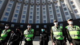 Полиция перед зданием Кабине министров в Киеве во время акции протеста против карантина. 29 апреля 2020 г.
