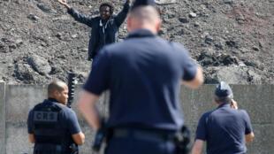 Calais: les face-à-face quotidiens entre migrants et policiers qui tentent d'empêcher leur ravitaillement par les associations (juin 2017)