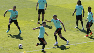 A seleção portuguesa durante treinamento no sábado, em Marcoussis, na França
