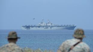 """Fuzileiros dos EUA e o navio da Marinha dos EUA """"USS Wasp"""" com jatos de caça relâmpago F-35 no convés durante exercício militar anual conjunto EUA-Filipinas em 11 de Abril de 2019"""