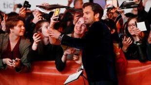 L'acteur Sebastian Stan part à la rencontre de ses fans à son arrivée sur le tapis rouge, lors du Festival international du film de Toronto, le 8 septembre 2017.