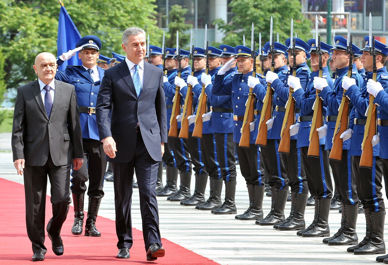 Le Premier ministre du Monténégro Milo Djukanovic (à droite) et son homologue bosnien Vjekoslav Bevanda, à Sarajevo, en juin 2014.