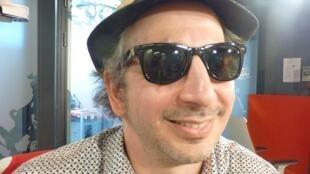 El musico y escritor Pablo Krantz en los estudios de RFI en París