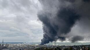 Le 26 septembre 2019, l'incendie de Lubrizol avait provoqué un immense nuage de fumée noire de 22 km de long avec des retombées de suie jusque dans les Hauts-de-France.