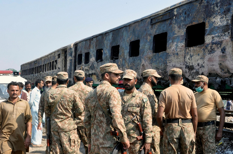 ارتش پاکستان، نیروهای خود را برای کمک به خاموش ساختن آتش به محل حادثه اعزام کرد.