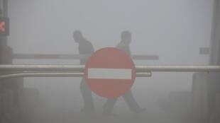 吉林省吉林市市民在因雾霾而被关闭的高速公路上行走,2013年10月22日。