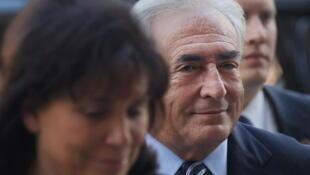 O ex-diretor do FMI Dominique Strauss-Kahn e sua mulher, Anne Sinclair, no tribunal de Nova York.