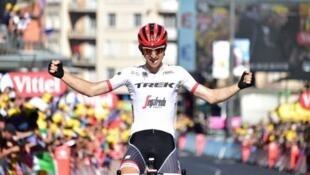 El holandés Bauke Mollema cruza en solitario la línea de meta en la localidad de Le Puy en Velay y se alza con su primera victoria en el Tour de Francia