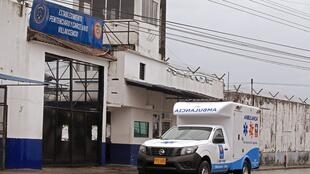 Une ambulance devant la prison de Villavicencio, non loin de Bogotá, en Colombie, le 8 mai.