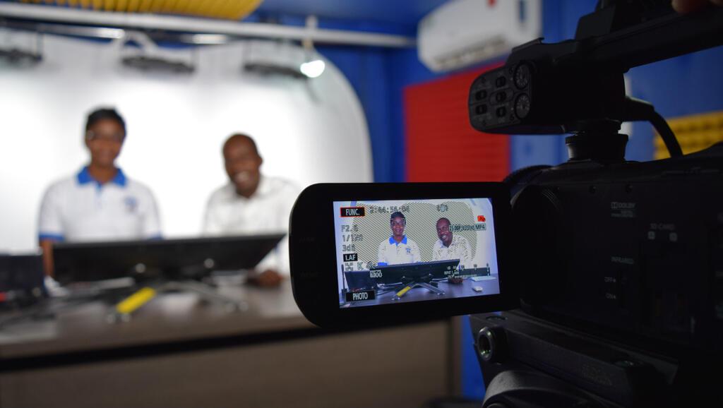 Des enseignants ivoiriens enregistrent dans le studio MOOC de l'université Félix Houphouët-Boigny.