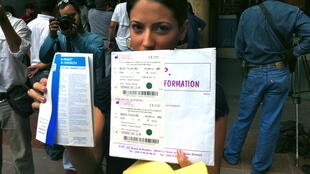 Une Vénézuelienne montre le certificat de ses implants PIP.