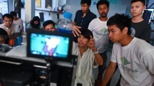 La réalisatrice birmane Christina Kyi (C) sur une scène de tournage dans les studios de Rangoun, le 4 avril 2019.