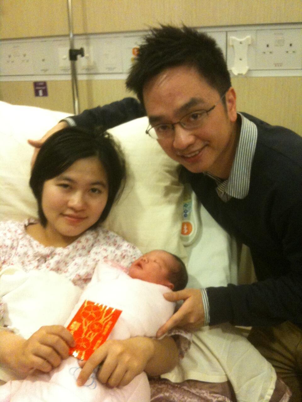 兔年首名婴儿, 父母特意由中国内地来港产子. (03/02/2011)