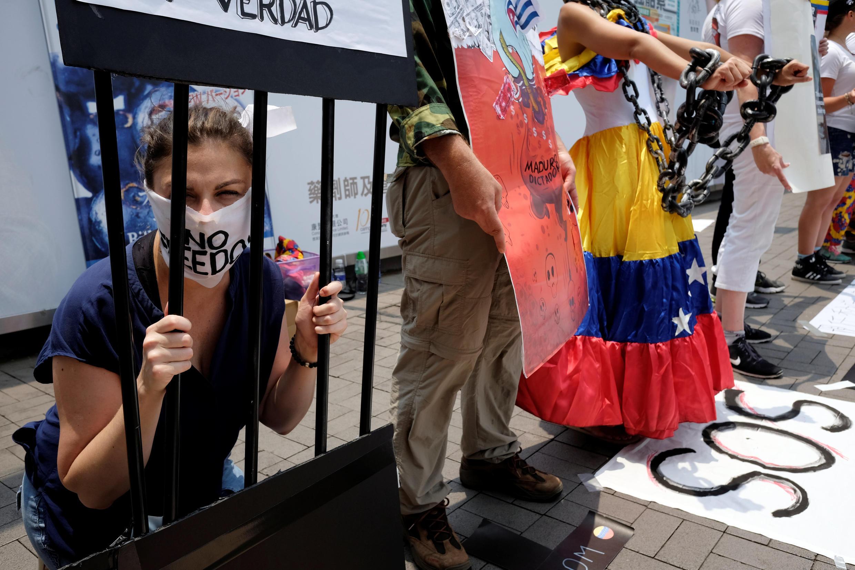 Протесты против проведения выборов в Венесуэле проходят по всему миру. Гонконг, 30 июля 2017 г.