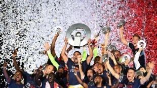 L'équipe de l'AS Monaco célèbre leur victoire de champion de France de Ligue 1, après avoir gagné contre Saint-Etienne, au stade Louis II, le 17 mai 2017.