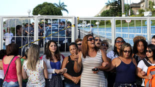 Vợ cảnh sát biểu tình tại bang Vitoria để đòi tăng lương cho chồng, ngày 10/02/2017.