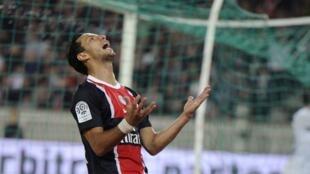 O jogador Nene, do PSG, comemora em partida contra o Caen, em Paris.