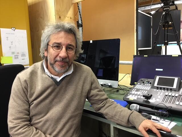 O escritor turco, Can Dündar, na redação do jornal digital Özgürüz, em Berlim.