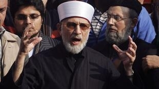 Muhammad Tahir ul-Qadri haranguant la foule avant la marche de Lahore à Islamabad, le 13 janvier 2013.