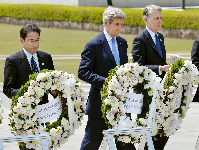 Министр иностранных дел Японии Фумио Кисида, госсекретарь США Джон Керри и министр иностранных дел Великобритании Филип Хэммонд в Мемориальном парке мира Хиросимы, 11 апреля 2016.