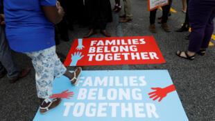 Áp phích trong cuộc biểu tình chống việc tách rời trẻ em với gia đình. Washington, ngày 13/06/2018.