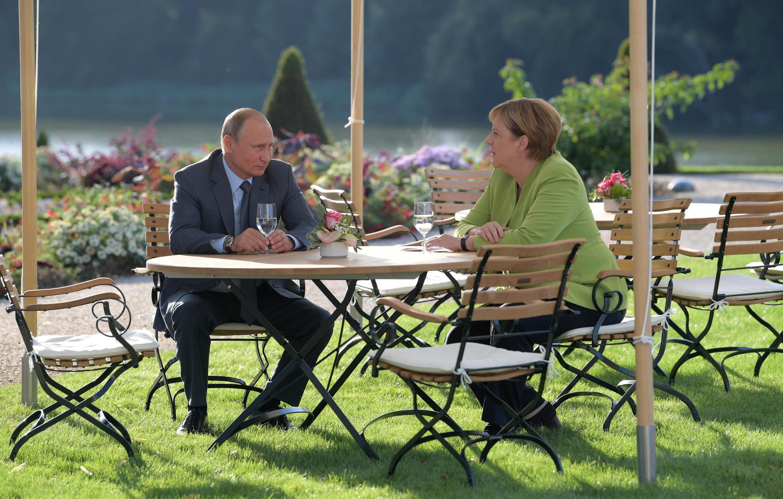 Thủ tướng Đức Angela Merkel (P) và tổng thống Nga Vladimir Putin, tại khu vườn của lâu đài Meseberg, Gransee, Đức, ngày 18/08/2018