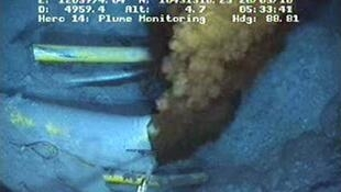 A BP está disponibilizando na internet imagens ao vivo da operação no fundo do mar.