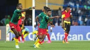 Wachezaji wa Cameroon Frank Thierry Boya (kushoto) na Yazid Atouba.