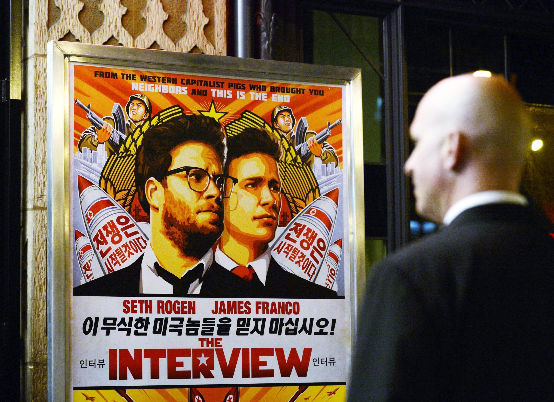 Un agent de sécurité lors de l'avant-première du film «L'interview qui tue» le 11 décembre 2014, à Los Angeles, en Californie.