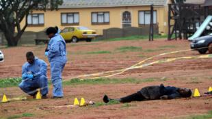 Les enquêteurs de la police sur les lieux de l'attaque près de la mosquée de Malmesbury (sud-ouest de l'Afrique du Sud). Deux personnes ont été tuées au couteau par un homme abattu par la police, le 14 juin 2018.