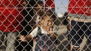Una niña palestina en el punto fronterizo de Rafah, durante una manifestación para pedir su reapertura, en septiembre de 2013.