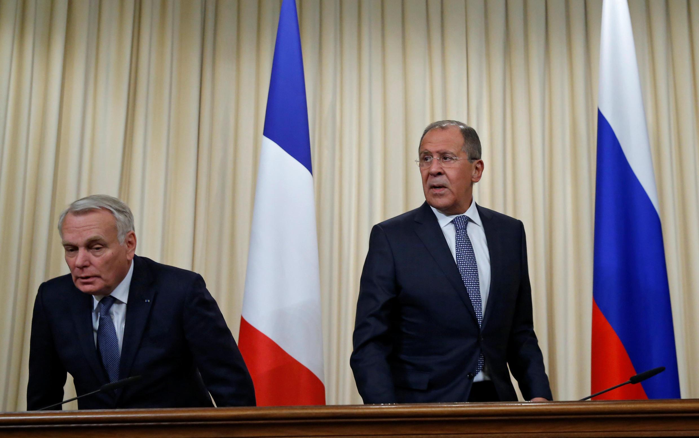 Жан-Марк Эро и Сергей Лавров перед началом пресс-конференции, Москва, 6 октября 2016.