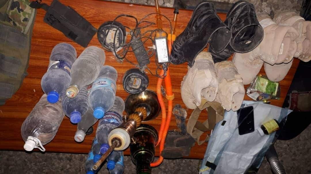 بطریهای مشروب و جنگافزار توقیفشده از یک عضو کلیدی طالبان، توسط نیروهای امنیتی افغانستان در ولایت بلخ. یکشنبه ١۵ اردیبهشت/ ۵ مه ٢٠۱٩