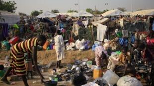 Êxodo de sul-sudaneses que tentam se proteger da violência indo para campo de refugiados como este de Tomping,  em Juba capital do Suldão do Sul.