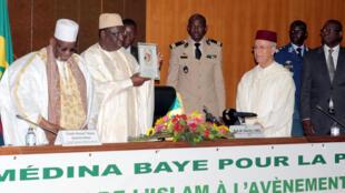 De gauche à droite, Cheikh Ahmed Tidiane Ibrahima Niass, le président sénégalais Macky Sall, le ministre marocain des Dotations et des Affaires islamiques Ahmad al-Tawfiq, lors de la conférence «Islam et paix», le 28 juillet à Dakar.