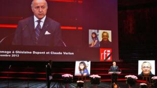 O chanceler Laurent Fabius fala durante cerimônia em memória dos jornalistas da RFI ocorrida nesta quarta-feira, no Museu do Quai Branly, em Paris.