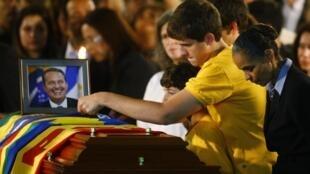 Les fils du défunt candidat à la présidentielle brésilienne Eduardo Campos et sa colistière Marina Silva émus lors du passage de son cercueil à Recife, le 17 août 2014.