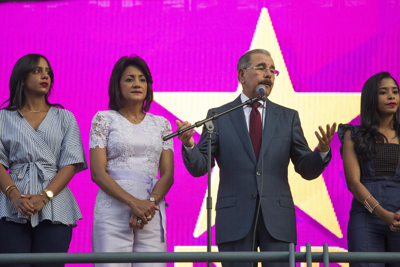 Danilo Medina con su esposa Cándida Montilla, este 16 de mayo de 2016 en la sede del PLD, Santo Domingo.