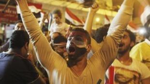 Des manifestants anti-Morsi exultent de bonheur après la prise de pouvoir de l'armée égyptienne, le 3 juillet 2013.
