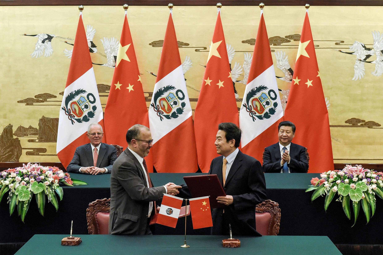 Encontro do presidente peruano, Pedro Pablo Kuczynski, e o premiê chinês, Xi Jinping, em Pequim.