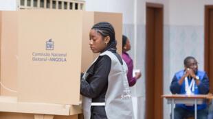 Comissão Eleitoral Nacional - Representante de Angola (CNE) verifica uma tabela de votação para as eleições gerais no país, Luanda, Angola, 23 de Agosto de 2017.