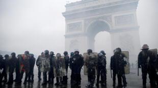 Kitengo cha polisi tarehe 1 Desemba 2018 mbele ya Arc de Triomphe Paris wakati wa maandamano ya kupinga kodi ya mafuta.