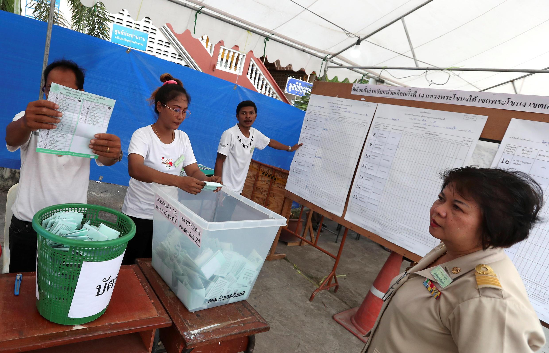 Kiểm phiếu tại một đơn vị bầu cử ở Bangkok hôm 24/03/2019.