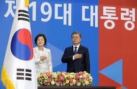 Liệu tổng thống Hàn Quốc Moon Jae In có tạo được đột phá ngoại giao ? Ảnh chụp lễ ông Moon Jae In (phải) nhậm chức tổng thống Hàn Quốc 10/05/2017.