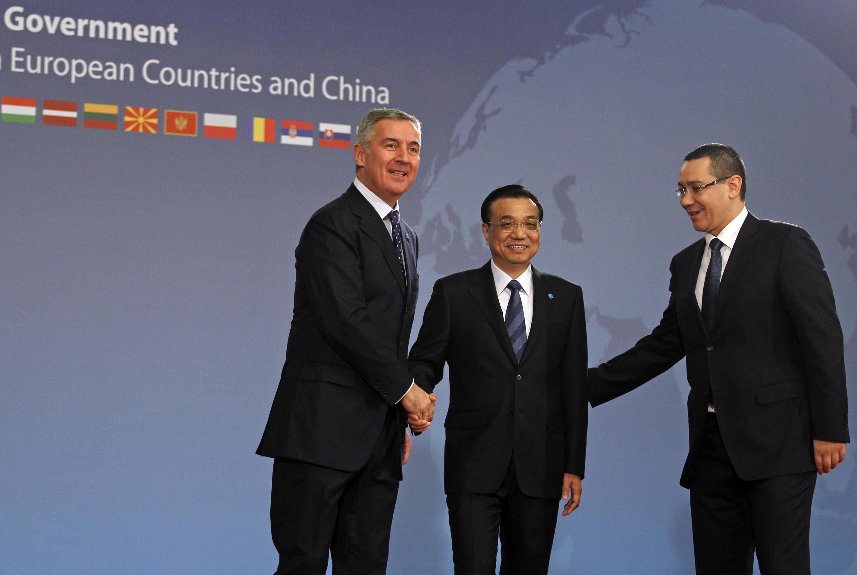 Le Premier ministre du Montenegro, Milo Dukanovic (G), ses homologues chinois, Li Kegiang (C) et roumain Victor Ponta  à Bucarest, le 26 novembre 2013.