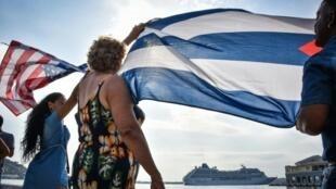 Wacuba wakiangali jinsi meli ya kwanza Marekani ikiwasili baada ya nusu karne katika bandari ya Havana, Mei 2, 2016.