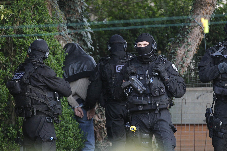 Suspeito detido durante operação da polícia em Coueron, nos arredores de Nantes, na região oeste da França.